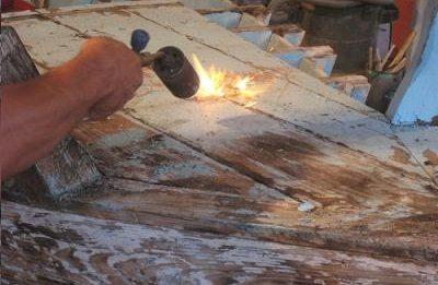 Применение паяльной лампы для удаления старого окрашенного слоя
